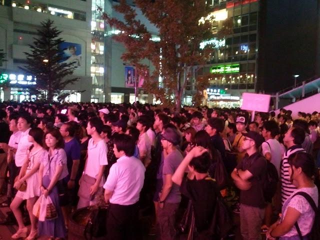 AKB48前田敦子あっちゃんの卒業式にAKB48カフェの前に集まった大勢のファン