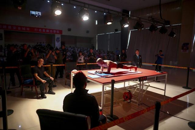 Se ti sembra duro resistere in plank (l'esercizio della plancia) per 1 minuto, ti sorprenderá sicuramente sapere che record ha battuto Mao Weidong!