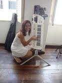 Ana  Paula  Oliveira  experimentando  o teclado da  Foxtrot