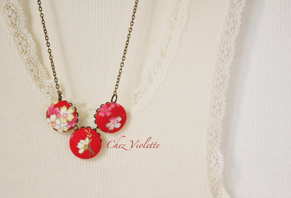 collier en tissu japonais rouge motif floral - Red necklace made from Japanese fabric Floral pattern