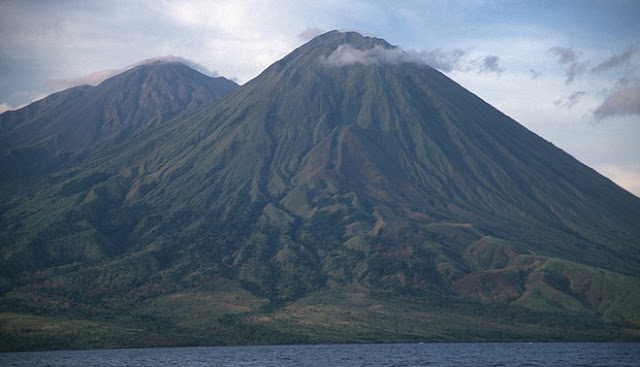 http://silentobserver68.blogspot.com/2012/11/three-indonesian-volcanoes-rumbling.html