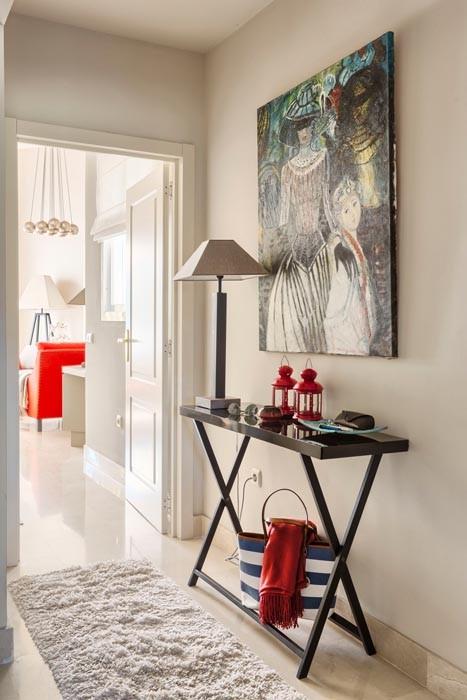 Una alegre vivienda decorada en rojo y tonos tierra for Casa practica decoracion