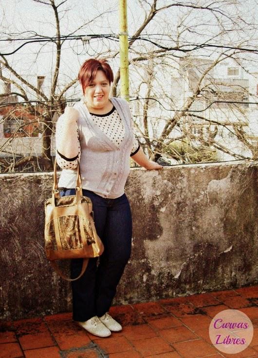 Casual Friday - jean azul recto, camiseta de gasa estampada y chaleco tejido www.curvaslibres.blogspot.com