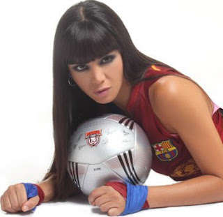 Melissa García posando con pelota de fútbol