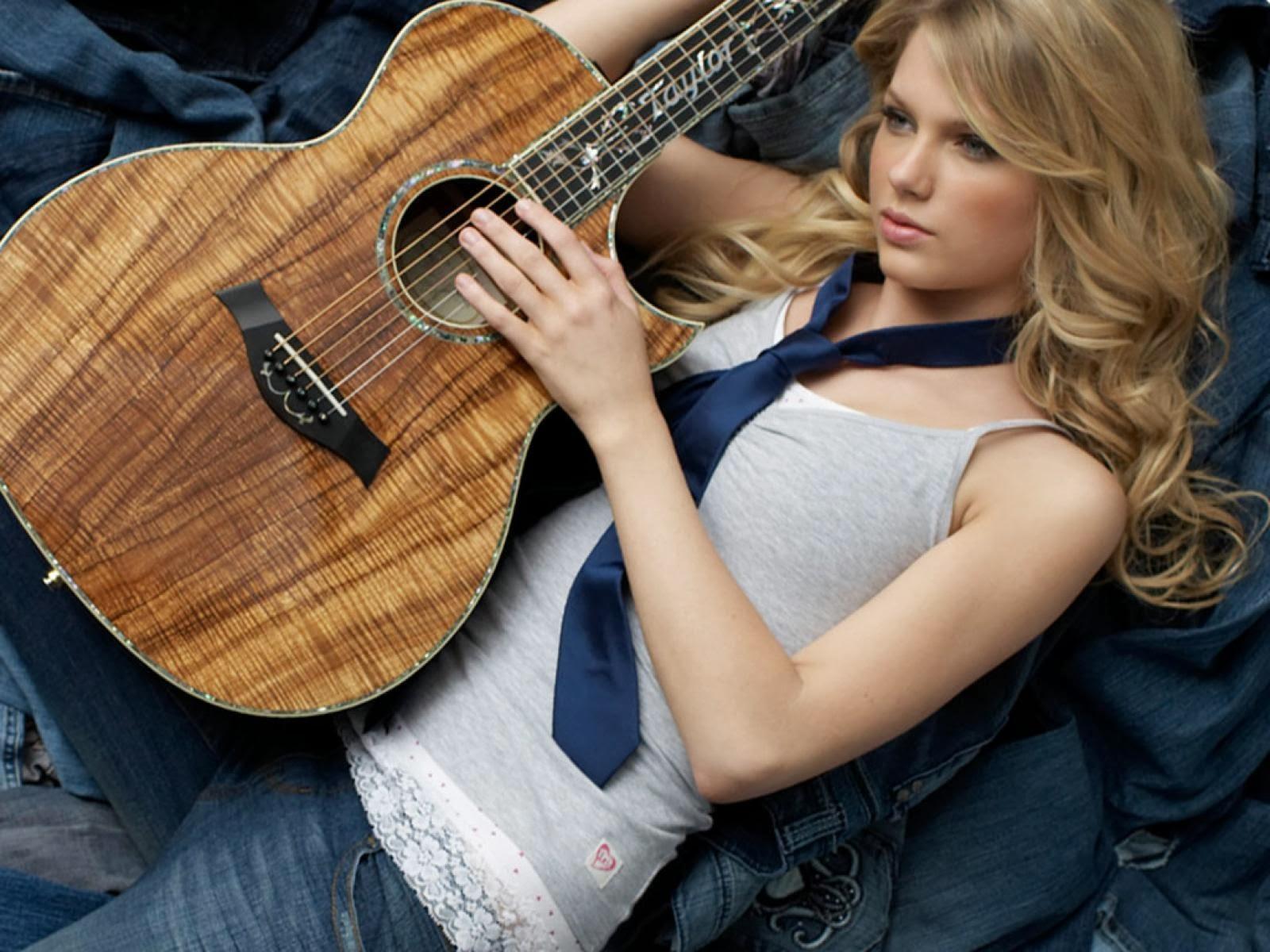 Fondo de Pantalla Famosas Taylor Swift tumbada con su guitarra ...