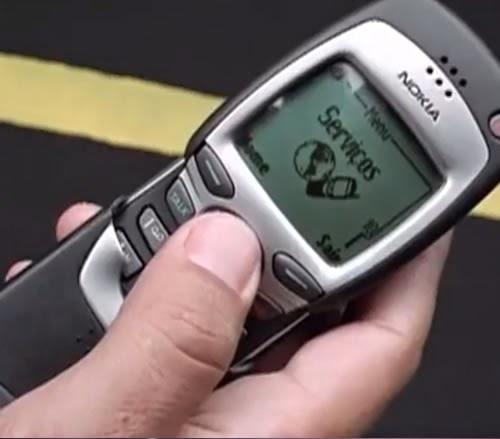 Rubens Barrichello foi o garoto propaganda do Nokia 7160, com grandes tecnologias para aquela época.