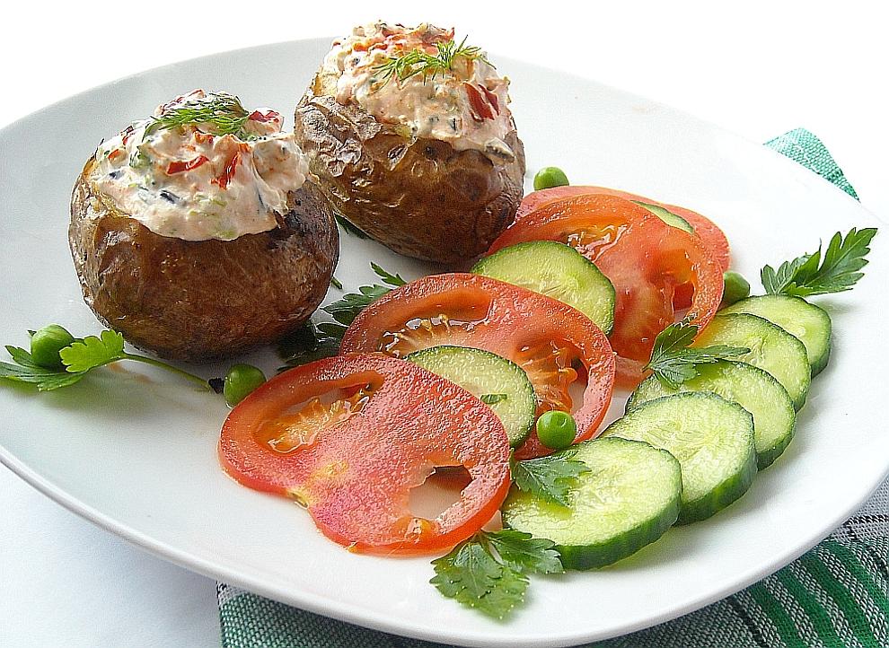 Les plats roumaines pommes de terre cuites au four farcies au fromage - Conservation pomme de terre cuite ...