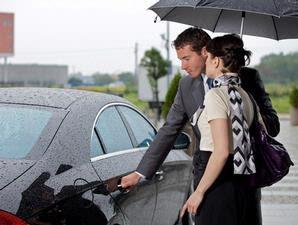 Pria Membukakan Pintu Mobil Untuk Kekasihnya