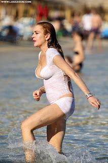 صور ليندسي لوهان بملابس السباحة في ميكونوس
