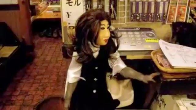 Un restaurant Kayabuki avec une serveuse singe, rire garanti pour les clients