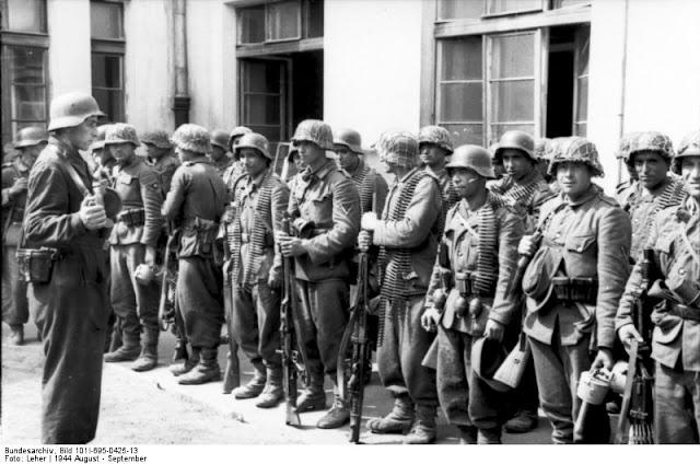 Soldiers of Aserbeidschanische (Azeri SS Volunteer) Feld-Bataillon I./111 during the Warsaw Uprising. Aug, 1944