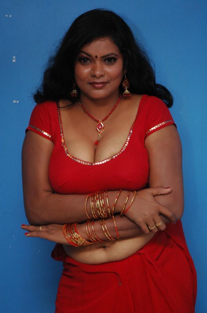 mallu girl haripriya hot navel show in half saree stills
