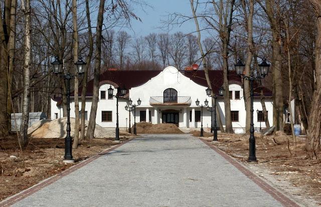 Giełzów, nowy budynek widziany od bramy wejściowej. Foto. Paweł Kałwiński