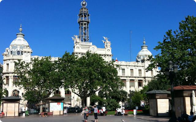 Valencia-Ayuntamiento y puestos de flores