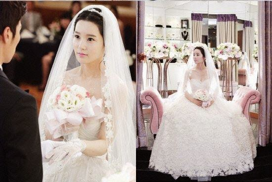 Wedding dress nya terlihat mewah dan cantik. aku bukan ahli fashion ...