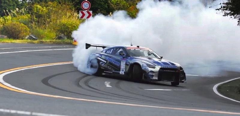 【動画】これはスゴい!日本の有料道路を封鎖してレーシングカーが高速ドリフトを披露!