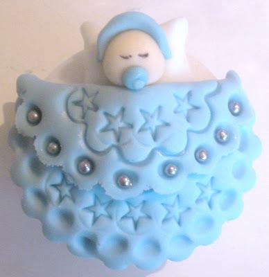 Cupcake para chá de bebê decorado com bebezinho na coberta na cor azul