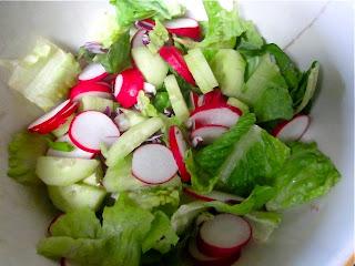Салат с огурцами и редиской