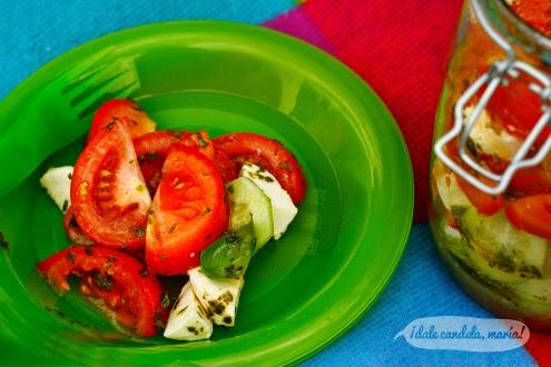 Receta de ensalada de tomate y mozzarella con aliño de albahaca.