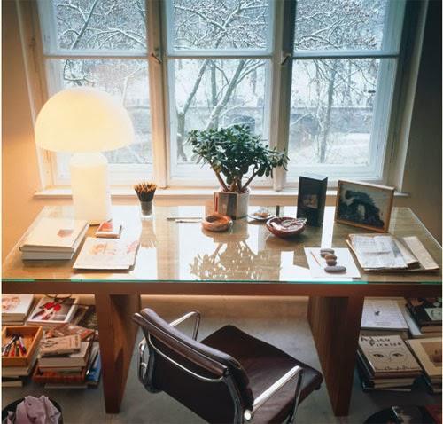 Un estudio debajo de la ventana for Decoracion estudios despachos