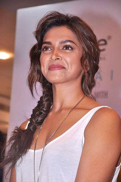 Hot Actress Zone: Deepika Padukone in Cocktail movie stils