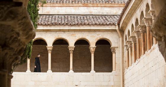 imagen_monasterio_burgos_santo_domingo_silos_romanico_monje_claustro_cipres