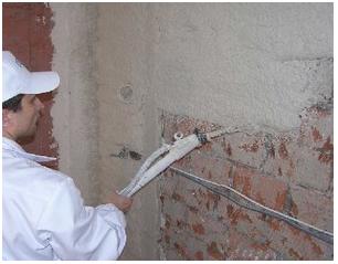 Нанесение на стену известковой штукатурки