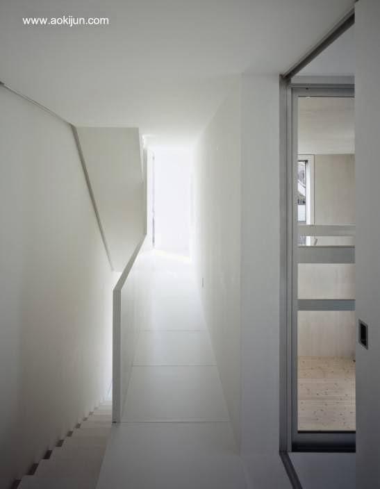 Vista del interior de la casa a nivel de la escalera en el segundo nivel