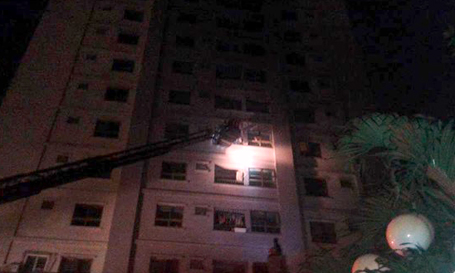 Giải cứu nạn nhân mắc kẹt trong vụ cháy tổ hợp chung cư CT4 Xa La, Hà Đông ngày 11/10.