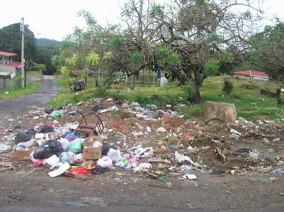 Basura en Sabanitas, Panamá, round the world, La vuelta al mundo de Asun y Ricardo, mundoporlibre.com