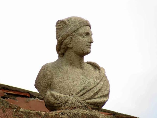 Busto sul tetto, piazza Mazzini, Livorno