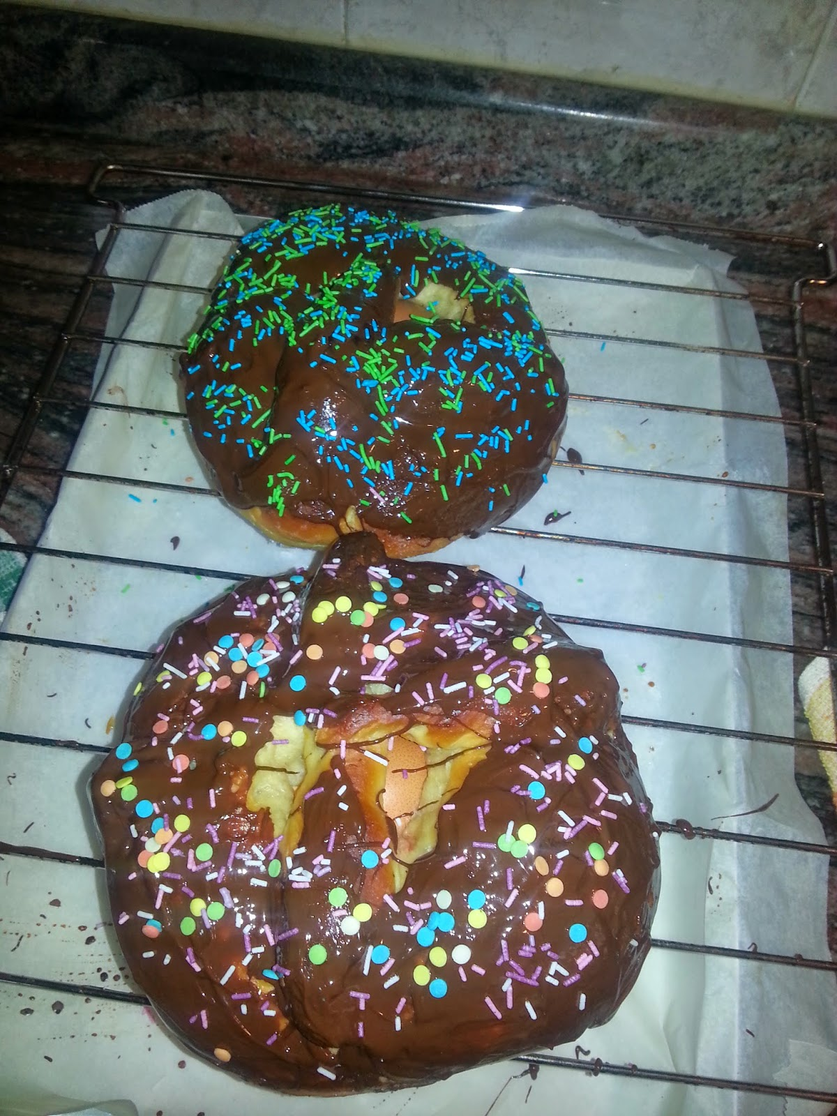 Monas de Pascua chocolateadas recién horneadas
