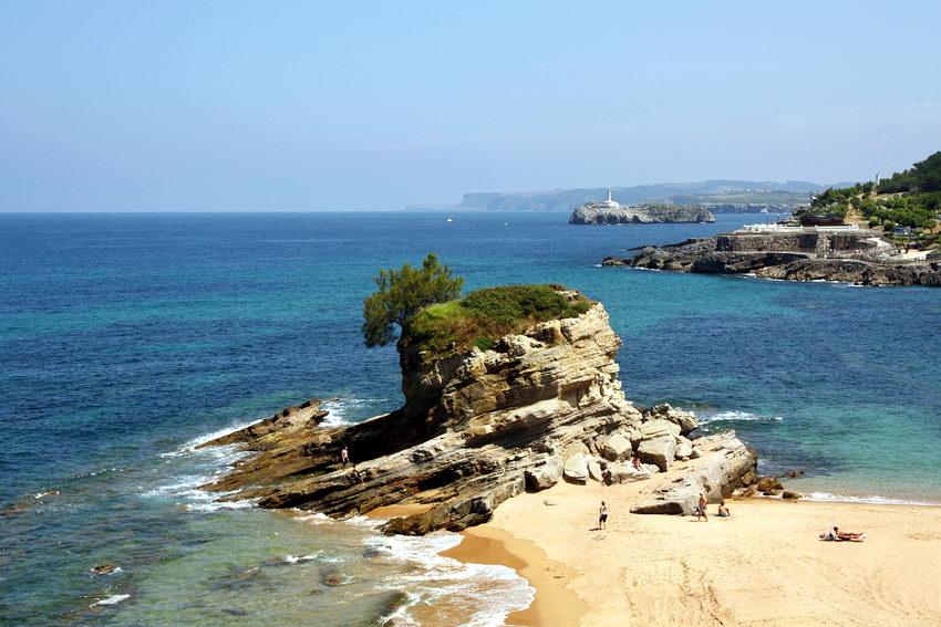 Paisagem da costa com uma zona de praia em primeiro plano