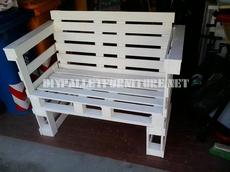 a las formas que necesitaba despus a cada mueble le ha aadido algunos elementos para hacerlo practicable como unos cojines o una tabla de madera
