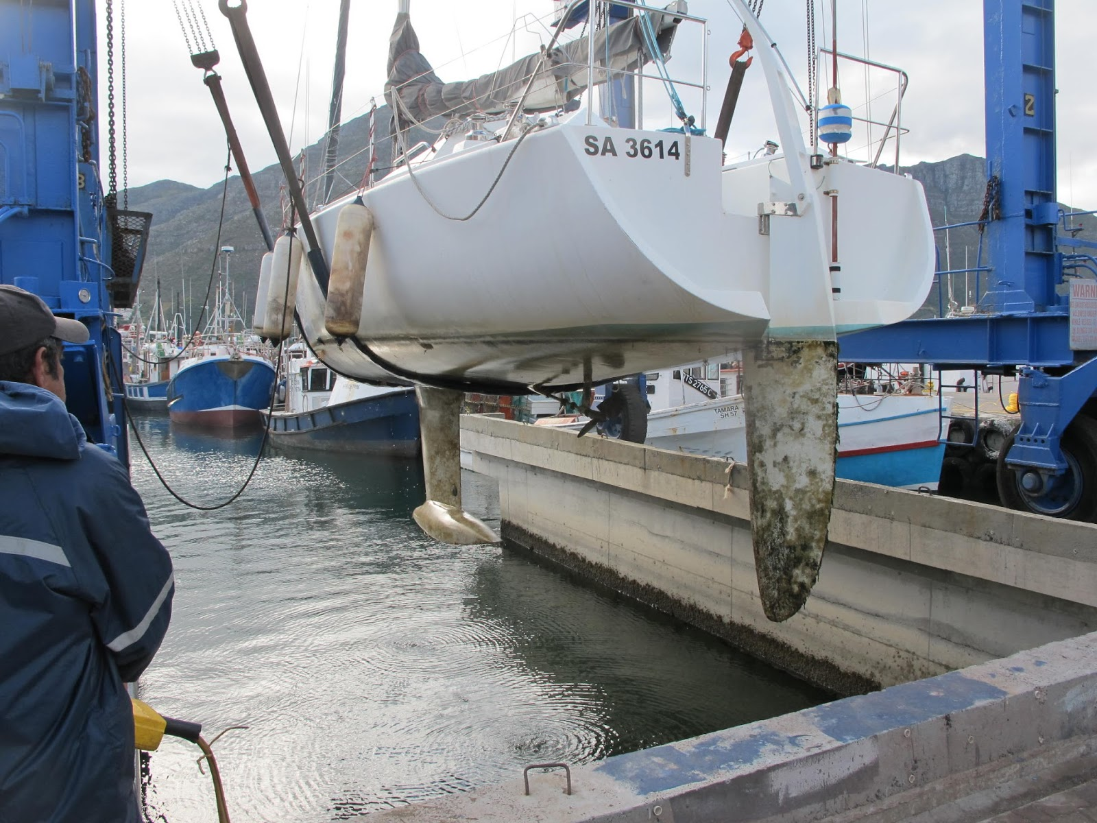 CKD Boats - Roy Mc Bride: Didi 34 being lifted on the Hout