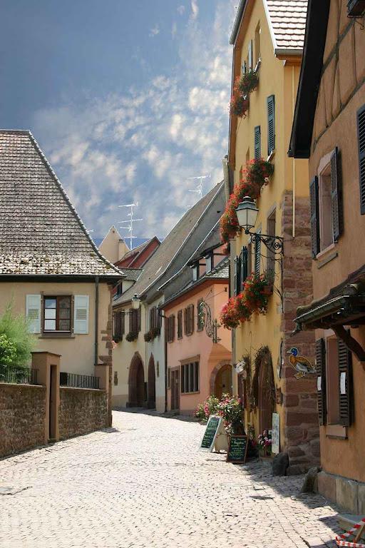 O respeito religioso da propriedade e da herança familiar, que não podia ser prejudicado pela autoridade pública foi fator de prosperidade tranquila e continuada. Na foto: casas populares na aldeia de Gueberschwihr, Alsácia, França.
