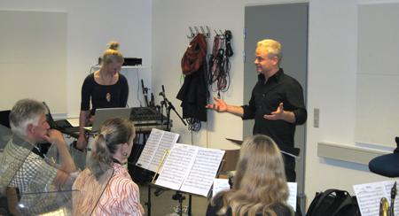 Trompetist Jesper Riis svinger taktstokken over Sæby Big Band