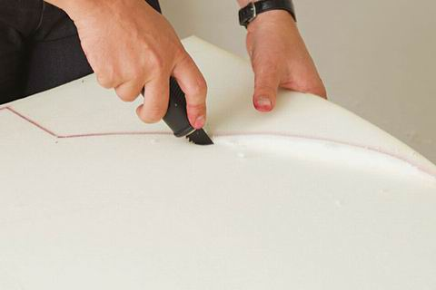 una vez tenemos el madero y la espuma cortados aplicaramos cola sobre la madera y pegaramos la espuma sobre ella mientras mas gruesa sea la capa de