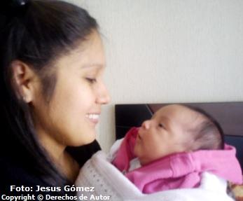 Tierna madre con su bebé mirándose mutuamente