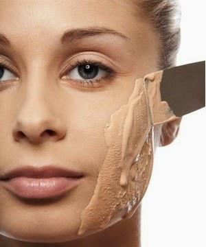 Falsch aufgetragene Make-Up zeigt sie Alt