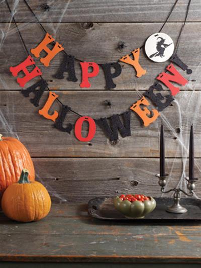Hazla con papel de colores naranja,negro y rojo,pegando en ella una cuerda que sostenga todas las letras que digan feliz halloween.
