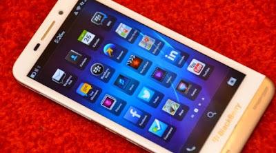Anteriormente vimos un BlackBerry Z30 Blanco en el evento de lanzamiento en Malasia. Sin embargo, el dispositivo fue mostrado detrás de un cristal. Por suerte, En el evento de BlackBerry Jam Asia 2013 en Hong Kong, muchos medios fueron capaces de tomarle fotos al BlackBerry Z30. Como se puede ver en las imágenes el dispositivo se ve bastante elegante en color Blanco. Echa un vistazo a las imágenes a continuación:  Fuente:mundoberry