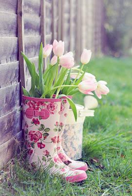 Tulipanes en un florero muy original (Macetas Raras)