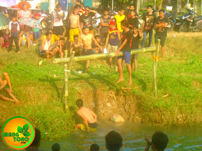 FOTO 2 :Satu peserta pukul bantal terjatuh ke sungai