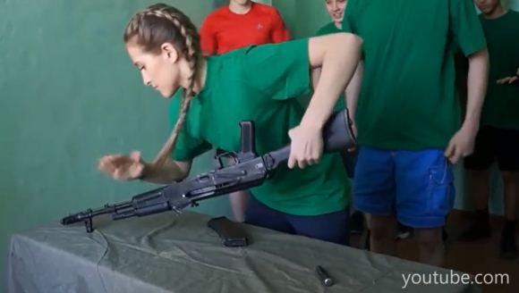 Siswa Rusia bongkar pasang AK-74
