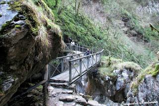 Puente que cruza el río durante el itinerario de las Gorges de Kakouetta.