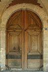«Place des Vosges, Paris, porte du n° 11» par Coyau/Wikimedia Commons. Sous licence CC BY-SA 3.0 via Wikimedia Commons - http://commons.wikimedia.org/wiki/File:Place_des_Vosges,_Paris,_porte_du_n%C2%B0_11.JPG#/media/File:Place_des_Vosges,_Paris,_porte_du_n%C2%B0_11.JPG