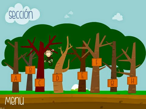 En la imagen se ve un bosque de árboles y un mono mostrando carteles con letras
