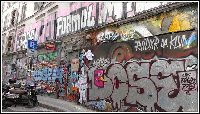 Mur de tags graffitis collages Montmartre Paris