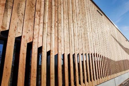 Dieser Kubus Aus Holz Und Glas Macht Eindruck Die Fassade Heimischen Larchenbrettern Steht Im Kontrast Zu Den Streng Geometrischen Umrissen